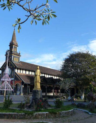 """La cathédrale catholique de Kontum, appelée également """"l'église en bois"""""""