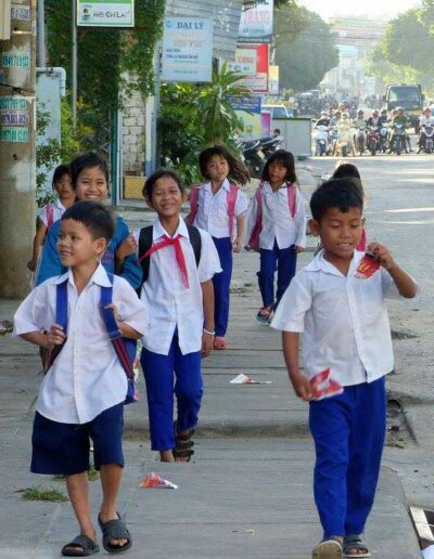 Les Enfants de Kontum de retour de l'école primaire