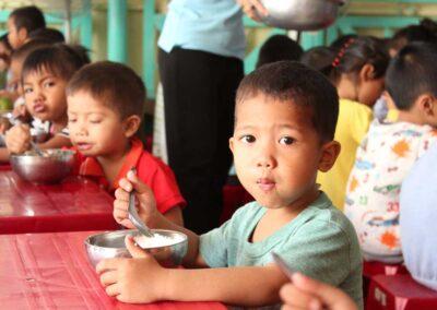 Repas à la cantine de la Maternelle