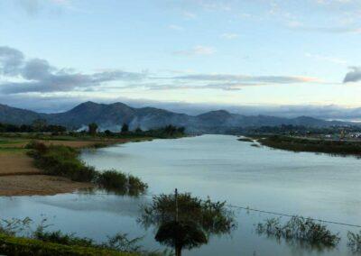 La rivière Dak Bla et la cordillère annamitique Dãy Trường Sơn